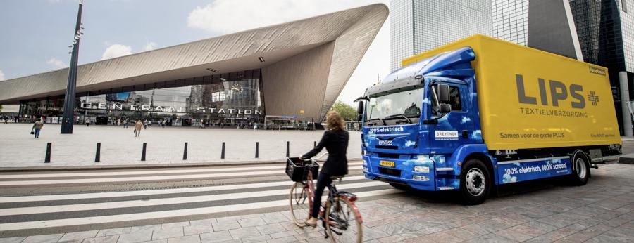 rotterdam-centraal-met-vrachtwagen-op-de-voorgrond