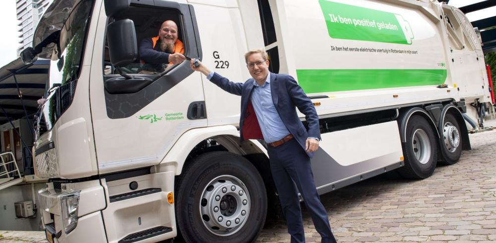Wethouder Bonte met elektrische vuilniswagen