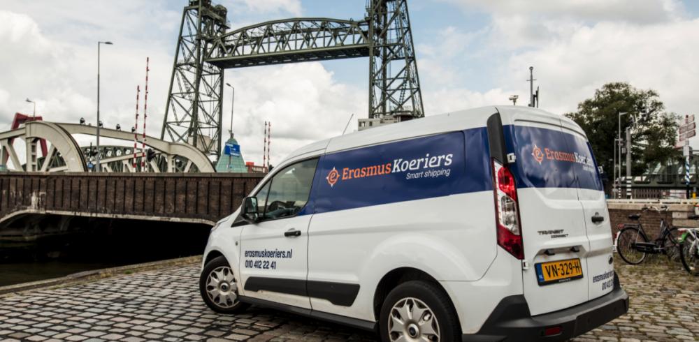 auto-van-Erasmuskoeriers-bij-spoorbrug